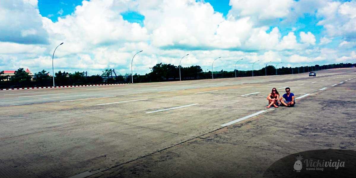 Naypyidaw Myanmar I leere 20-spurige Autobahn I Geisterstadt I Verlassen I Hauptstadt Myanmar I vickiviaja