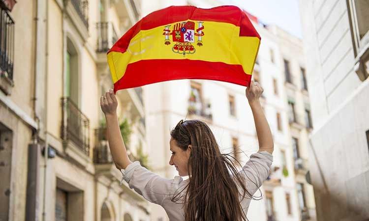 Arbeiten in Spanien, Frau mit Spanischer Flagge