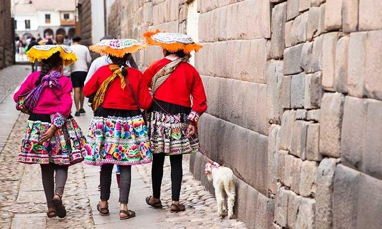 Callejón Loreto, three woman with an alpaca