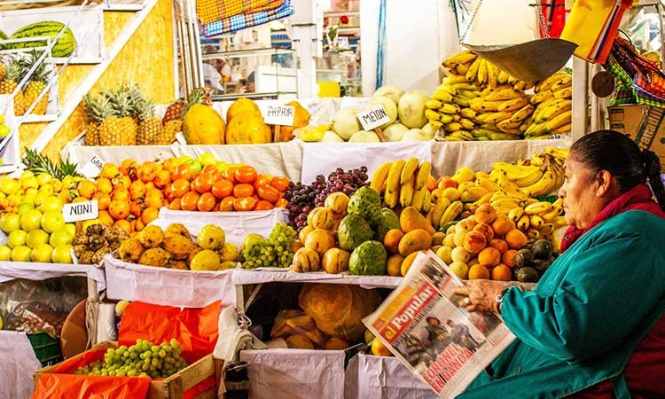 San Pedro Markt in Cusco, fruit and woman